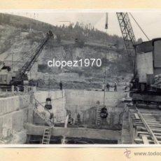 Fotografía antigua: AVILES, AÑOS 50-60, TRABAJOS CONSTRUCCION PUERTO DE ENSIDESA, MAGNIFICA,175X115MM. Lote 44963782