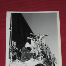Fotografía antigua: SEMANA SANTA SEVILLA - FOTOGRAFIA DE 9X12 CMS DEL CRISTO DE LAS CINCO LLAGAS - HDAD TRINIDAD. Lote 45086257