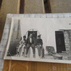 Fotografía antigua: FOTO FOTOGRAFIA FAMILIA SENTADA EN UN POZO. Lote 45188680