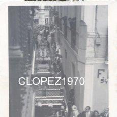 Fotografía antigua: SEMANA SANTA DE SEVILLA, 1958, COFRADIA DEL SANTO ENTIERRO,PASO DE LA URNA, 85X110MM. Lote 45439239