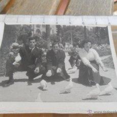 Fotografía antigua: FOTO FOTOGRAFIA AMIGOS EN PARQUE. Lote 45496801