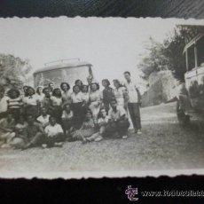 Fotografía antigua: FOTO DE GENTE CON UN COCHE Y UN AUTOBUS ANTIGUOS . AÑOS 40-50 ........ 5,5 X 8,5 CM. Lote 45661966