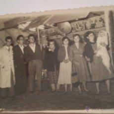 Fotografía antigua: ANTIGUA FOTOGRAFIA FAMILIA FRENTE A TIRO AL BLANCO.FERIA DE ATRACCIONES.AÑOS 60. Lote 45773582