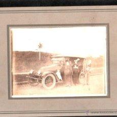 Fotografía antigua: CUBA. ANTIGUA FOTOGRAFIA DE FAMILIA CUBANA CON COCHE ANTIGUO. 25 X 20CM.. Lote 45826222