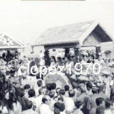 Fotografía antigua: DOS HERMANAS, 1968, ROMERIA DE VALME, 112X72MM. Lote 45970442