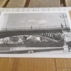 Fotografía antigua: FOTO DEL PUENTE DE TRIANA SOBRE EL RIO GUADALQUIVIR SEVILLA. Lote 46021340