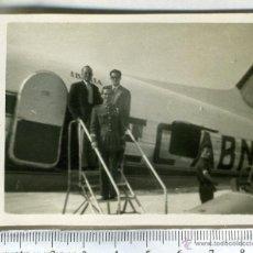 Fotografía antigua: FOTOGRAFIA MILITAR DE AVIACION SUBIENDO A UN AVION DE IBERIA.. Lote 46123634