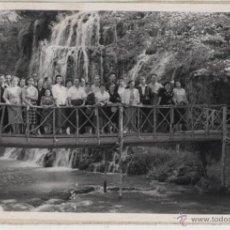 Fotografía antigua: FOTO DE GRUPO: CASCADA DEL IRIS, MONASTERIO DE PIEDRA - 1954. Lote 46123937