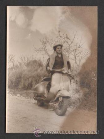 (ALB-TC-23) ANTIGUA FOTO SEÑORA CON VESPA 1963 GRAÑENA LERIDA LLEIDA (Fotografía Antigua - Fotomecánica)