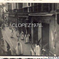 Fotografía antigua: SEMANA SANTA DE MALAGA,1935, DESFILE PROCESIONAL , CALLE LARIOS, 84X64MM. Lote 46731249