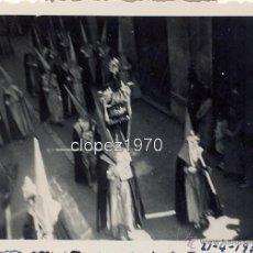 Fotografía antigua: SEMANA SANTA DE MALAGA,1935, DESFILE PROCESIONAL , CALLE LARIOS, 84X64MM. Lote 46772140