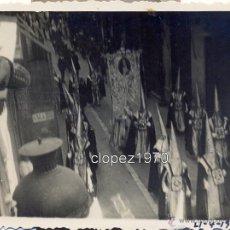 Fotografía antigua: SEMANA SANTA DE MALAGA,1935, DESFILE PROCESIONAL , CALLE LARIOS, 84X64MM. Lote 46772179