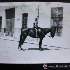 Fotografía antigua: FOTO DE UN NIÑO MONTADO A CABALLO ( FAMELICO) , AÑOS 60 .... 9 X 13 CM... Lote 47107895