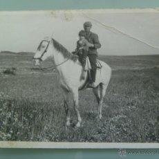 Old photograph - FOTO DE UN CAMPERO A CABALLO CON NIÑO - 47505880