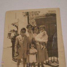 Fotografía antigua: ANTIGUA FOTOGRAFIA FAMILIAR.FERIA DE CARMONA.SEVILLA.1957.. Lote 47526467