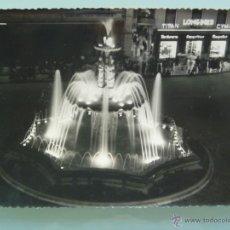 Fotografía antigua: FOTO DE UNA FUENTE ILUMIADA , PLAZA DE LA CONSTITUCION DE LUGAR DESCONOCIDO. Lote 47616686