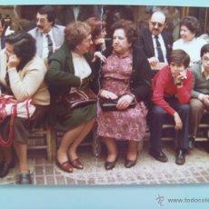 Fotografía antigua: SEMANA SANTA DE SEVILLA : GENTE EN SILLAS ESPERANDO PASAR LA COFRADIA. Lote 47857495