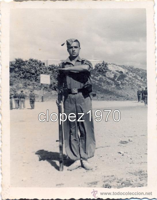FOTOGRAFIA MILITAR, TETUAN, 1954, LEGIONARIO SALUDANDO,66X86MM (Fotografía Antigua - Fotomecánica)