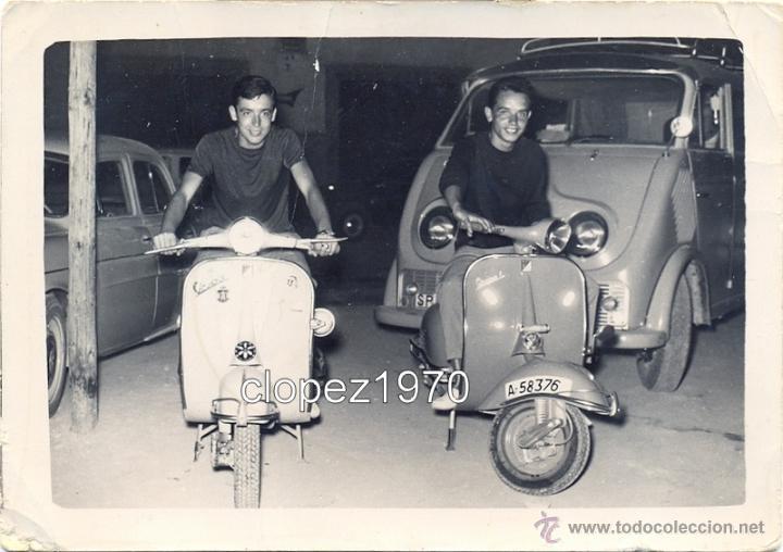 ANTIGUA FOTOGRAFIA, JOVENES MONTADOS EN VESPA, 105X75MM (Fotografía Antigua - Fotomecánica)