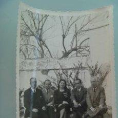 Fotografía antigua: FOTO DE GENTE SENTADA , 1946. Lote 47992135
