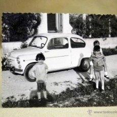 Fotografía antigua: FOTOGRAFÍA ANTIGUA, SEAT 600, 1960S. Lote 48089705