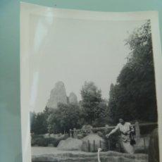 Fotografía antigua: FOTO DE MUJER DANDO DE COMER A UN CISNE , AÑOS 40. Lote 48125929