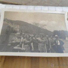 Fotografía antigua: FOTO FOTOGRAFIA GRUPO DE PERSONAS Y ANTIGUO AUTOBUS. Lote 48544456