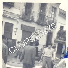 Fotografía antigua: SEVILLA,1962, EFECTOS DE LA RIADA EN LA CALLE SAN BERNARDO, 74X100MM. Lote 48590086