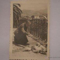 Fotografía antigua: ANTIGUA FOTOGRAFIA DE ANCIANA CON PALOMAS.FOTO SOM CEREZO.NERJA.1971.. Lote 48782969