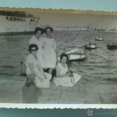 Fotografía antigua: FOTO DE MUJERES EN UN PUERTO , BUQUE Y BARCAS DE FONDO . 1960. Lote 49188988