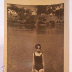 Fotografía antigua: ANTIGUA FOTOGRAFIA DE CHICA EN RIO AÑOS 60.. Lote 49275385