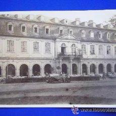 Fotografía antigua: FOTO DE COCHE ANTIGUO DELANTE DE EDIFICIO HISTORICO . 6 X 9 CM. Lote 49560191