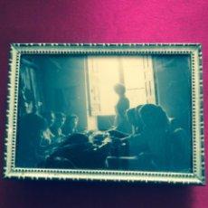 Fotografía antigua: ANTIGUA FOTOGRAFÍA TALLER COSTURA ENMARCADA EN PORTAFOTOS LATÓN. Lote 49734896