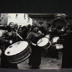 Fotografía antigua: 23X17 CM. FOTOGRAFÍA SEMANA SANTA CALANDA. TAMBORES Y BOMBOS. PLAZA MAYOR, ESPAÑA. 1978. IÑIGUEZ.. Lote 49790281