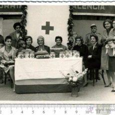 Fotografía antigua: FOTOGRAFIA DAMAS DE CRUZ ROJA. MESA PETITORIA. MILITAR DE CRUZ ROJA DETRAS. VALENCIA 1960. Lote 49914566