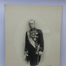 Fotografía antigua: FOTOGRAFIA DE DIPLOMATICO MUY CONDECORADO, CON BICORNIO Y SABLE, FOTO KAULAK, MADRID - MIDE 33 X 23,. Lote 49988923