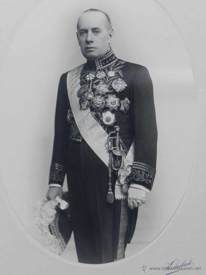 Fotografía antigua: FOTOGRAFIA DE DIPLOMATICO MUY CONDECORADO, CON BICORNIO Y SABLE, FOTO KAULAK, MADRID - MIDE 33 X 23, - Foto 2 - 49988923