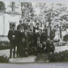 Fotografía antigua: FOTO DE UN GRUPO DE ESTDIANTES BARCELONESES DEL PREU EN SEVILLA, 1965. Lote 50087458