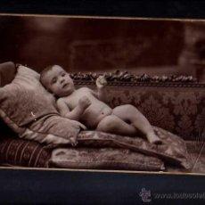 Fotografía antigua: FOTOGRAFÍA ANTIGUA. BEBE. CATRÓN DURO. MEDIDAS POSTAL . Lote 50106543
