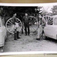 Fotografía antigua: FOTOGRAFÍA ANTIGUA, SEAT 600 Y SIMCA 1000, 1960S. Lote 50120873