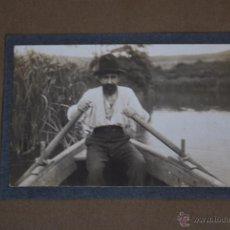 Fotografía antigua: ANTIGUA FOTOGRAFÍA - SEÑOR EN UNA BARCA - AÑOS 20-30. Lote 50207591