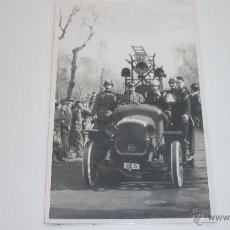 Fotografía antigua: BARCELONA. ANTIGUA FOTO TAMAÑO POSTAL 14 X 9 CTMS. BOMBEROS EN CARNAVAL. FECHADA 28/2/1960. Lote 50219418
