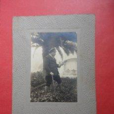 Fotografía antigua: FOTOGRAFÍA ANTIGUA ORIGINAL. HOMBRE PASEANDO.. Lote 50288419