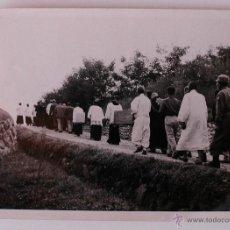 Fotografía antigua: FOTOGRAFÍA PROPIEDAD DE LA REVISTA RELIGIOSA INGLESA, THE FAR EAST. PROCESION FELIGRESES , ENTIERRO. Lote 50435768