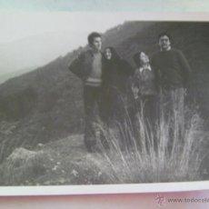 Fotografía antigua: FOTO DE RECUERDO DE DOS PAREJITAS EN EL CAMPO , AÑOS 70. Lote 50548013