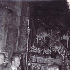 Fotografía antigua: FOTOGRAFIA DEL REY J.CARLOS I CON DOÑA SOFIA EN VISITA A LA VIRGEN DE LOS REYES - 12X18 CM. Lote 50717723