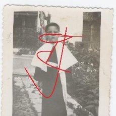 Fotografía antigua: FOTO MONAGUILLO PROCESIÓN SEMANA SANTA. SELLO: SERVICIO FOTOGRÁFICO CARAZO-CAÑIZARES. BUJALANCE. Lote 29858795