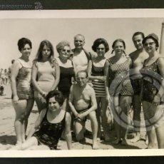 Fotografía antigua: ESCENA DE PLAYA, CHIPIONA, CADIZ, AÑO 1967, MEDIDAS 105X75MM. Lote 50785393