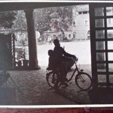 Fotografía antigua: 1969 - FOTO ORIGINAL- SUBIENDO EN BICI - MONASTERIO - SANTUARIO DE LLUC - MALLORCA - ISLAS BALEARES. Lote 50801941