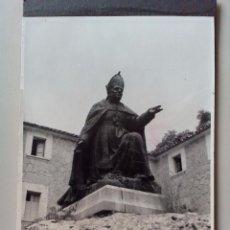 Fotografía antigua: 1969 - FOTO ORIGINAL- ESTATUA - MONUMENTO - SANTUARIO MONASTERIO DE LLUC - MALLORCA - ISLAS BALEARES. Lote 50792441